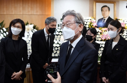 Moon pays respects to Roh, won't attend funeral