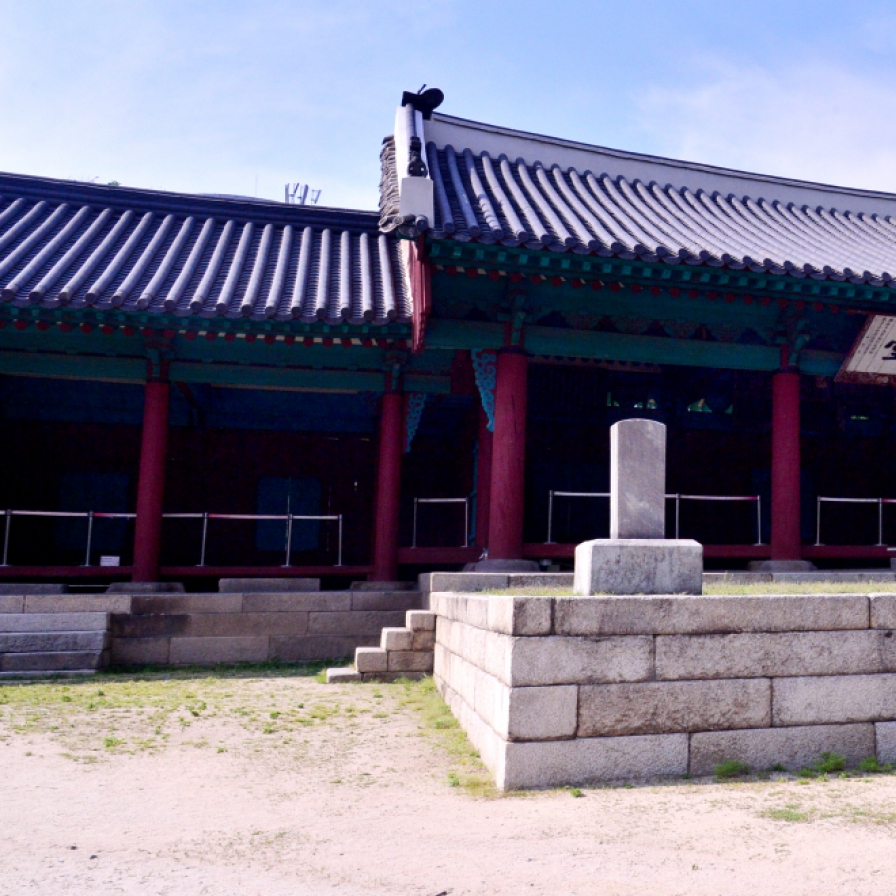 Take a stroll around 600-year-old education institute, Confucian shrine