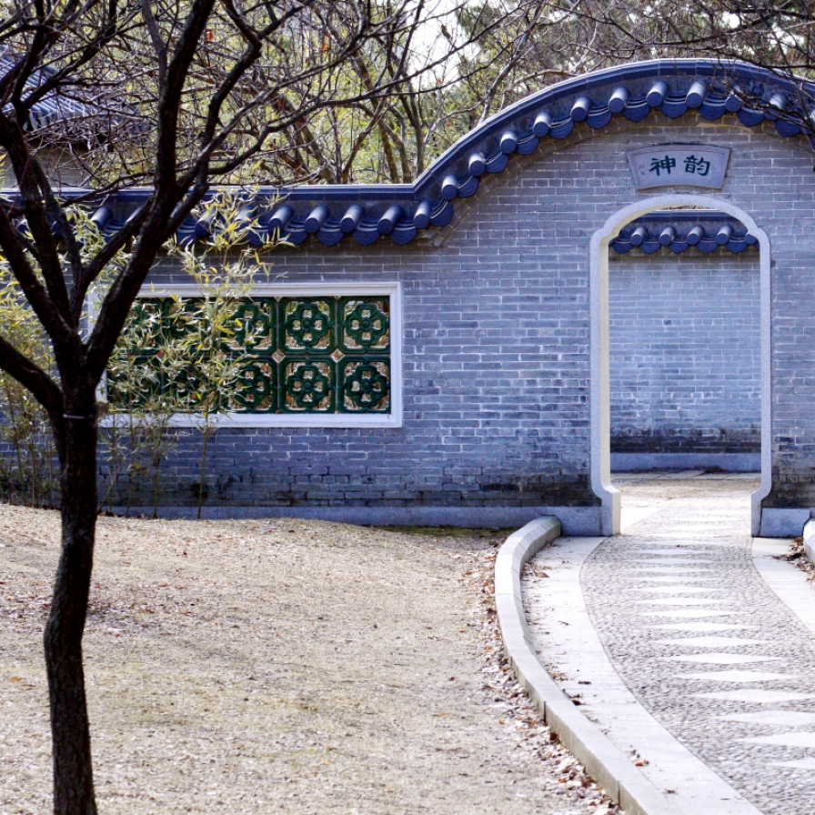 A glimpse at a traditional Chinese garden in Suwon