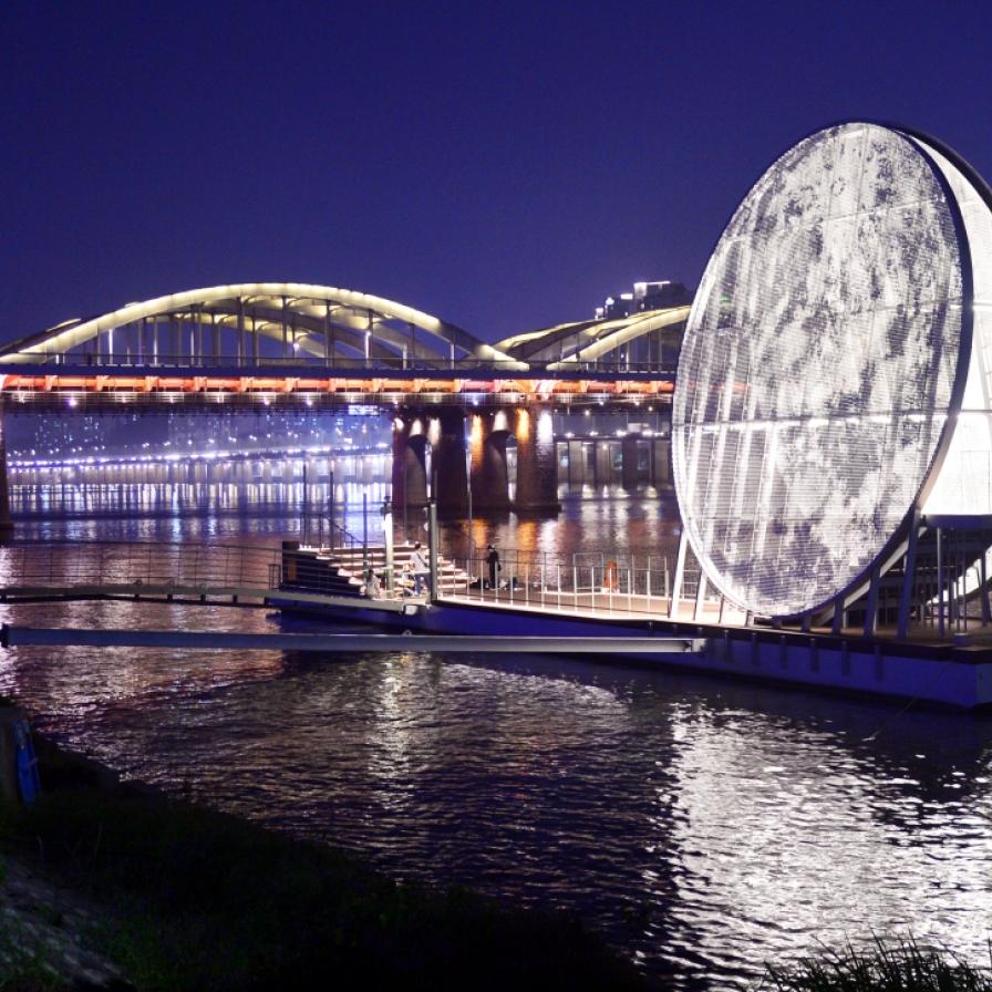 Nights shine bright on Seoul's Nodeulseom