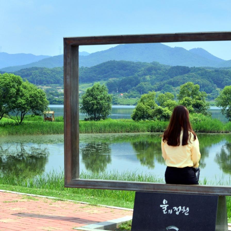 Strolling along the walkway of Namyangju Water Garden