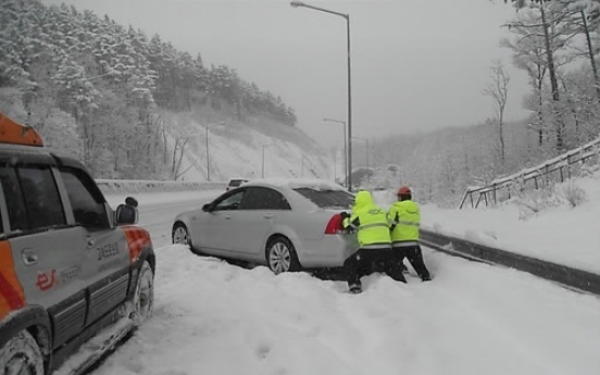East coastal areas hit by heaviest snowfall in a century
