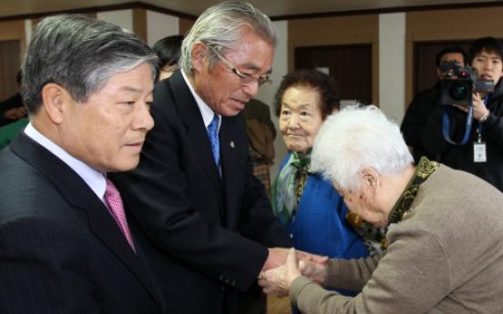 Ex-ministers visit comfort women shelter