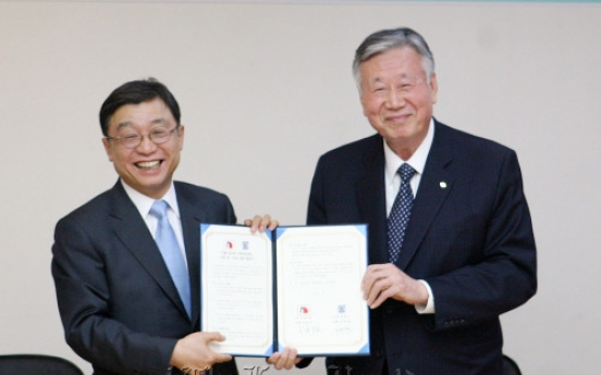 Booyoung chairman donates center to SNU