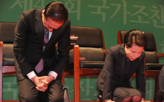 Lee stresses respect for others in congregation with Protestants