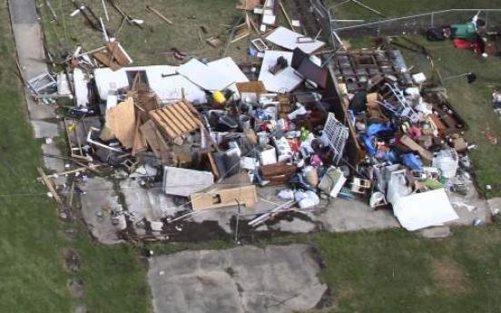U.S. tornado kills mother, displaces 1,500