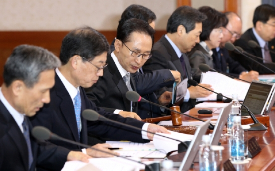 Lee calls for utmost efforts to ease public anxiety about inflation