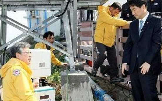 Minister visits Dokdo with radiation monitor