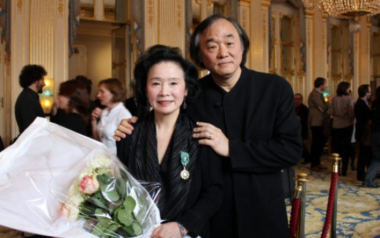 Actress Yoon receives French cultural order