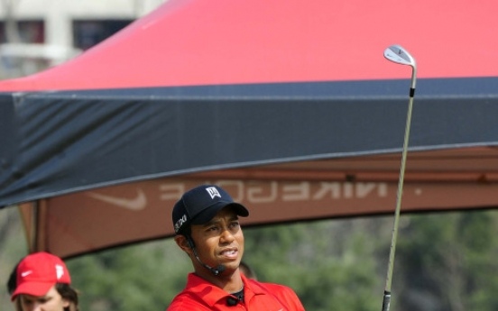Tiger Woods gives golf clinic