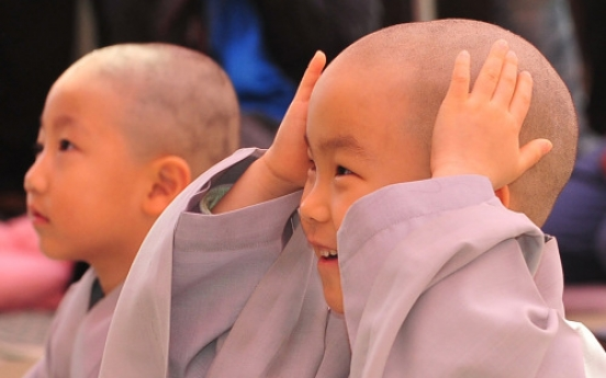 Boy monks join Buddhist priesthood