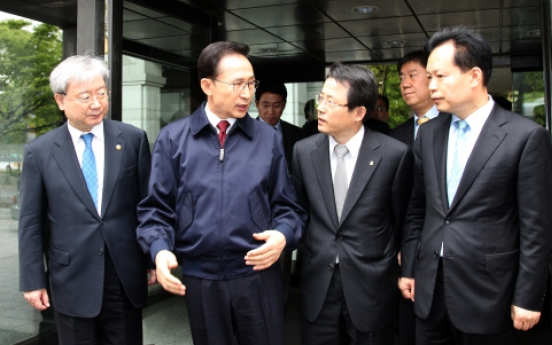 Lee scolds FSS as scandal threatens approval rating