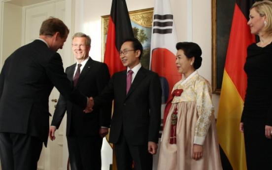 Lee discusses N. Korea with leaders of German unification