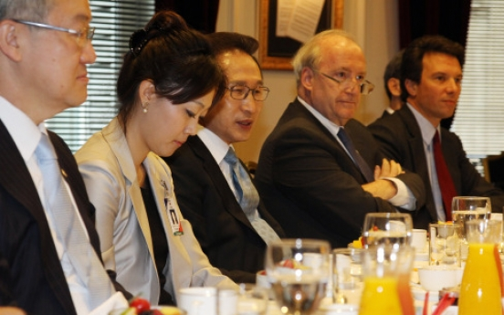 Lee discusses Korea's future with French scholars