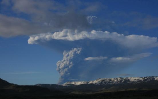 Iceland's Grimsvotn volcano erupting