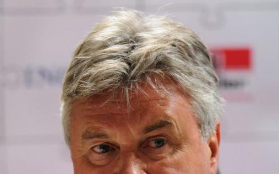 Hiddink leaves door open for Chelsea