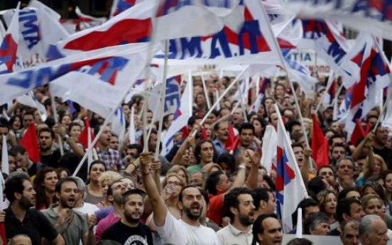 Greek workers in new protest against cuts
