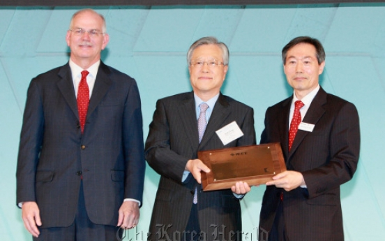 KT chief receives IT award