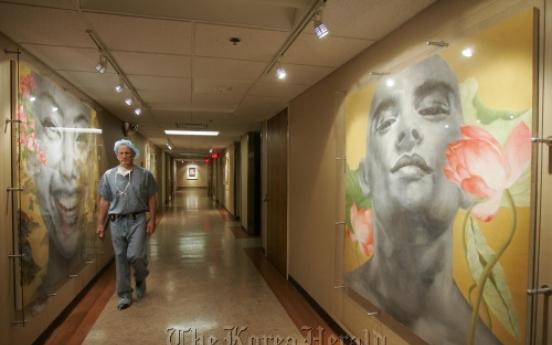U.S. hospital puts healing power of art to work