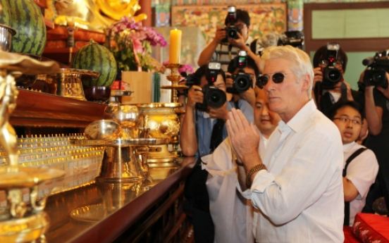 Richard Gere visits temple in Seoul