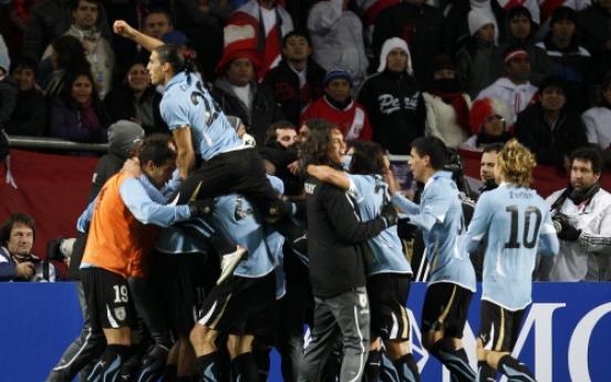 Uruguay clips Peru to reach final