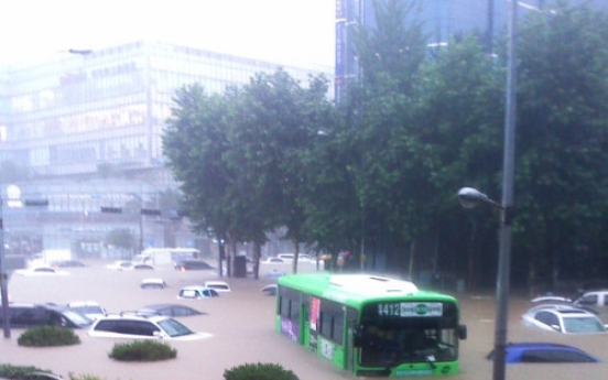 Downpour triggers deadly landslides, floods streets in Seoul