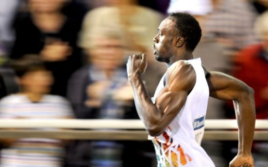 Bolt rumbles to take 200m