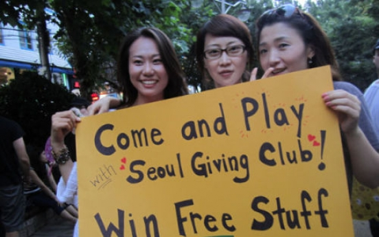Free hugs and roses from Seoul Giving Club