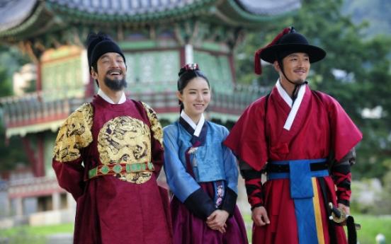 Jang Hyuk talks on set of upcoming drama