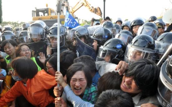 Police break up anti-base protest