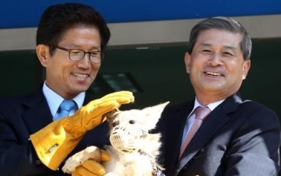 Disgraced Korean scientist unveils cloned coyotes