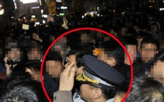 Head of Seoul district police station assaulted by FTA protesters