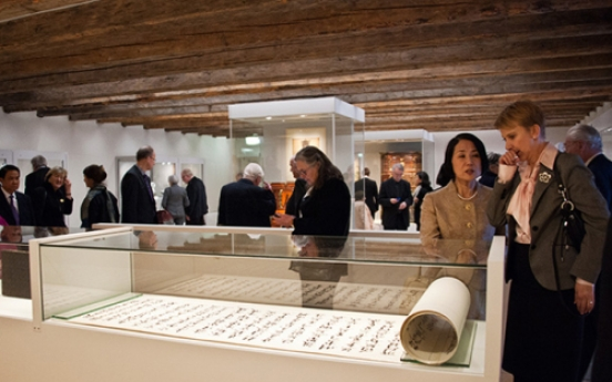 Minister Choe, Swedish king celebrate exhibition on Korean culture