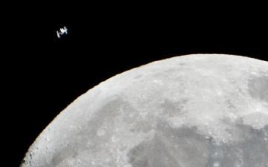 """Space colony imminent? NASA eyes lunar """"outpost"""" plan"""