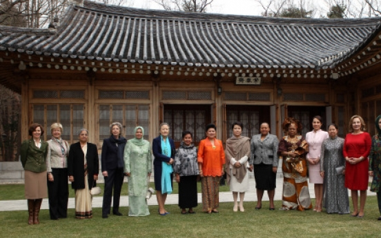 Korean traditional culture, K-pop presented to leaders' spouses