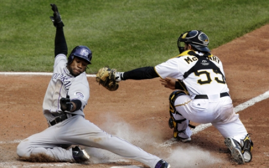 Pirates split doubleheader with Rockies