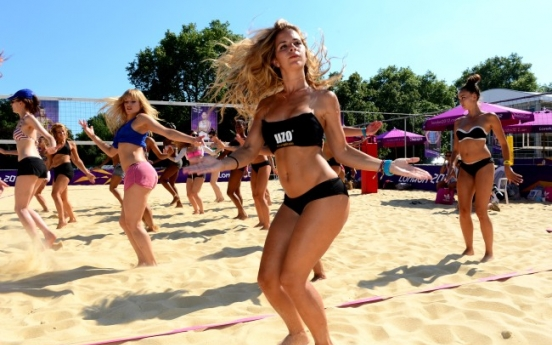 [Photo] Dancers for beach volleyball