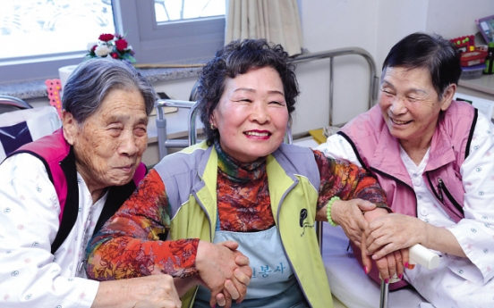 Elderly performer helps others with her talents