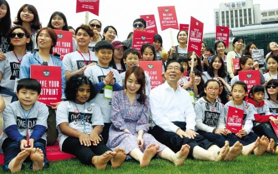 Seoul mayor joins shoe donation campaign
