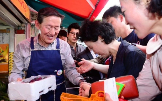 [Photo News] Tycoon selling fruits