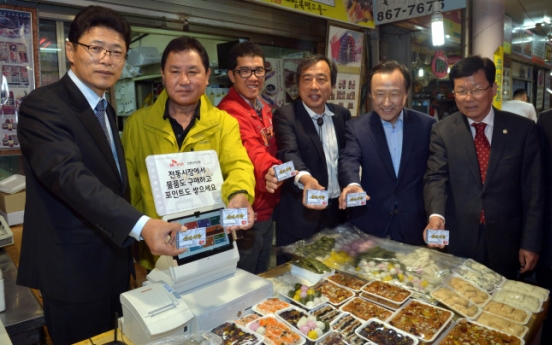 [Photo News] Support for traditional markets