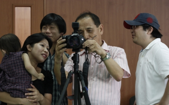 Retired Samsung CEO turns shutterbug for charity, multiculturalism