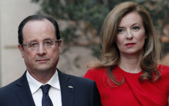 [Newsmaker] France's Hollande hits new bump