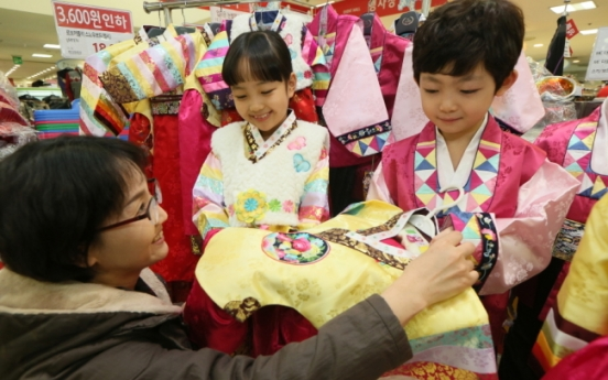 [Weekender] Korea strives to revive fading interest in traditional clothes