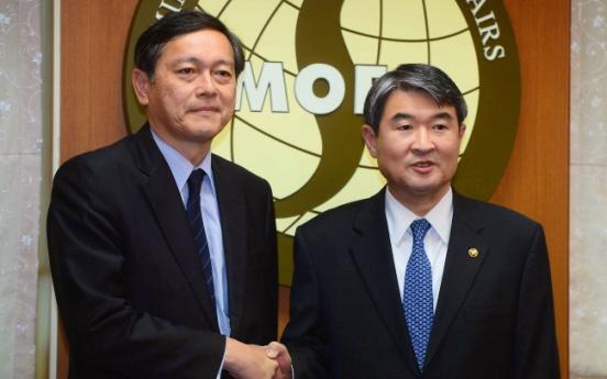 Korean, Japanese officials hold fence-mending talks