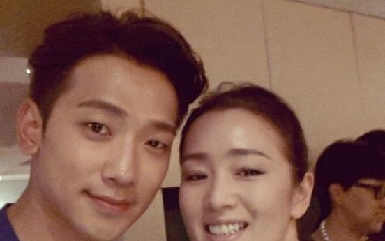 Rain takes selfie with Gong Li