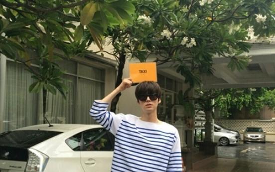 Ahn Jae-hyun enjoys 'stylish' trip in Bangkok