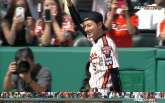 Jo In-sung throws first pitch at Hanwha-Kia match
