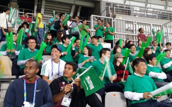 [Asian Games] Men's football: Locals send cheers to foreign teams