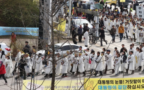 Grieving parents of Korean ferry victims start long march